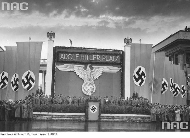 Przemianowanie placu Saskiego na Adolf Hitler Platz w pierwszą rocznice najazdu Niemiec na Polskę 1 września 1940 r. /Z archiwum Narodowego Archiwum Cyfrowego /