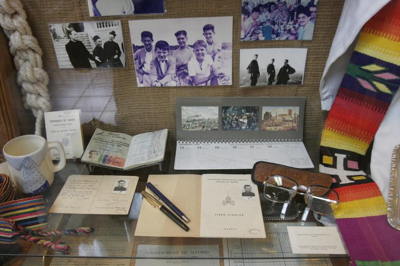 Przemioty należące do Ignacia Ellacurii na wystawie w muzeum w Salwadorze /Jose CABEZAS /AFP
