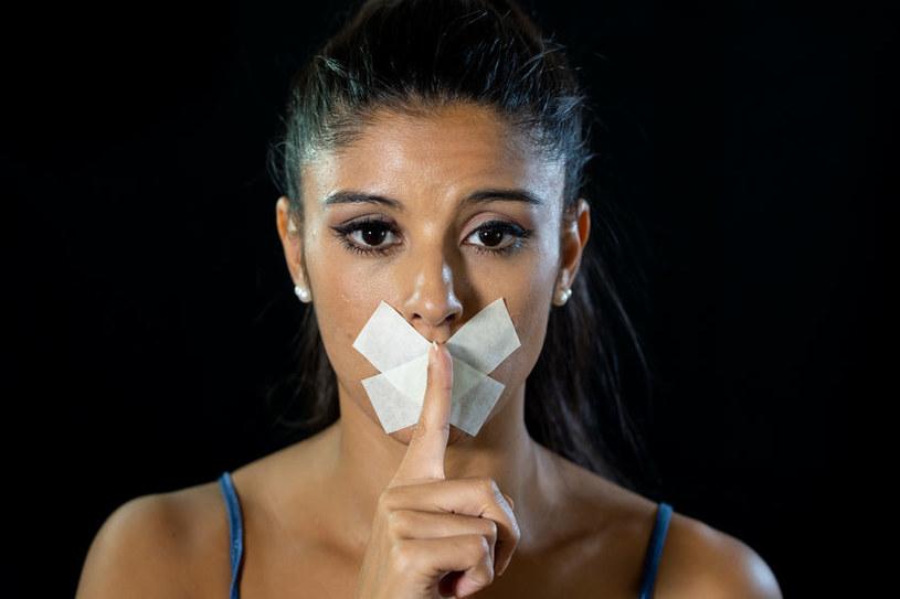 Przemoc wyrasta często w zmowie milczenia /123RF/PICSEL