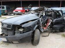 00098NYO6YAL769S-C307 Przemocą zabrali auto. Uderzyli w słup