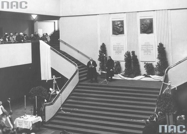 Przemówienie ministra przemysłu i handlu Ferdynanda Zarzyckiego na schodach w holu Dworca Morskiego. Widoczne na ścianie tablice pamiątkowe z wizerunkami prezydenta Ignacego Mościckiego i marszałka Józefa Piłsudskiego /Z archiwum Narodowego Archiwum Cyfrowego