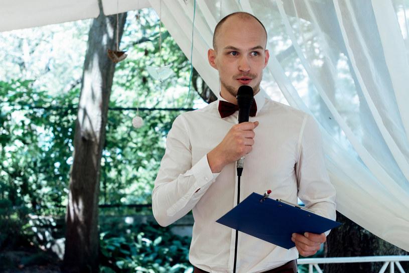Przemowy i toasty obowiązkowo wygłaszamy na stojąco /123RF/PICSEL