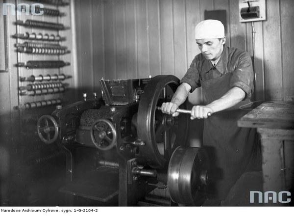 Fabryka czekolady i cukrów A. Piaseckiego w Krakowie S.A. - robotnik przy maszynie