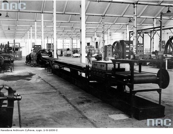 """Fabryka Opon Samochodowych """"Stomil"""" w Dębicy - wnętrze głównej hali fabrycznej"""