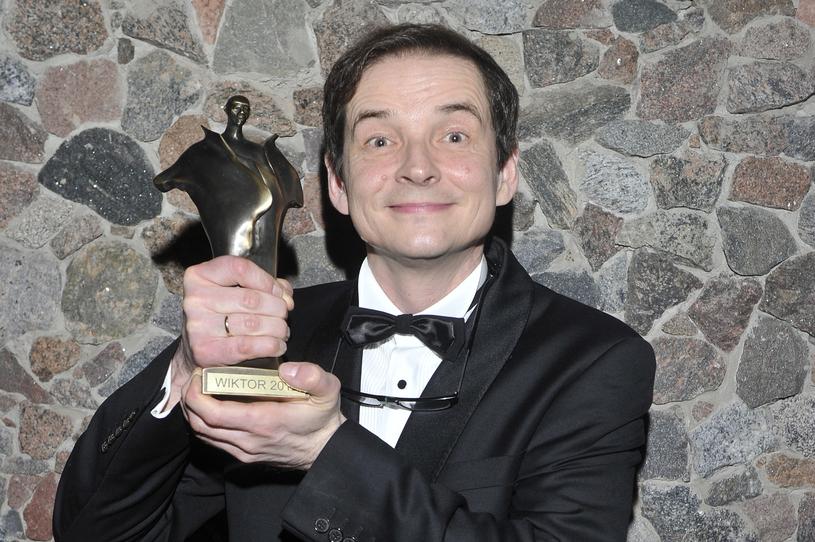 Przemysław Babiarz ze statuetką Wiktora (2013) /AKPA