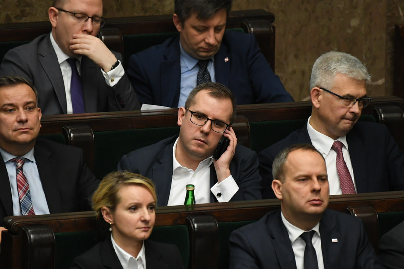 Przemysław Czarnecki (w środku) w Sejmie /Jacek Domiński /Reporter
