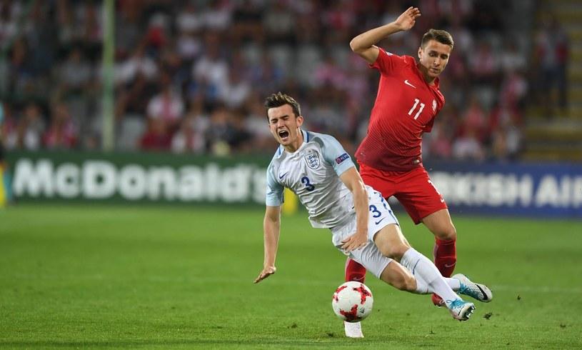 Przemysław Frankowski (w czerwonej koszulce) podczas meczu Polska - Anglia na Euro U21 /Piotr Nowak /AFP