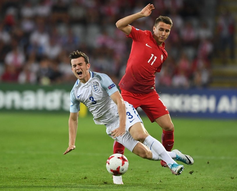 Przemysław Frankowski (z tyłu, w starciu z Anglikiem Benem Chilwellem), z młodzieżowej reprezentacji wybił się do pierwszej, a także do MLS-u. /AFP