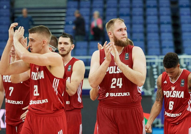 Przemysław Karnowski (nr 24) i spółka przegrali pierwszy mecz na Eurobaskecie /Fot. Adam Warżawa /PAP
