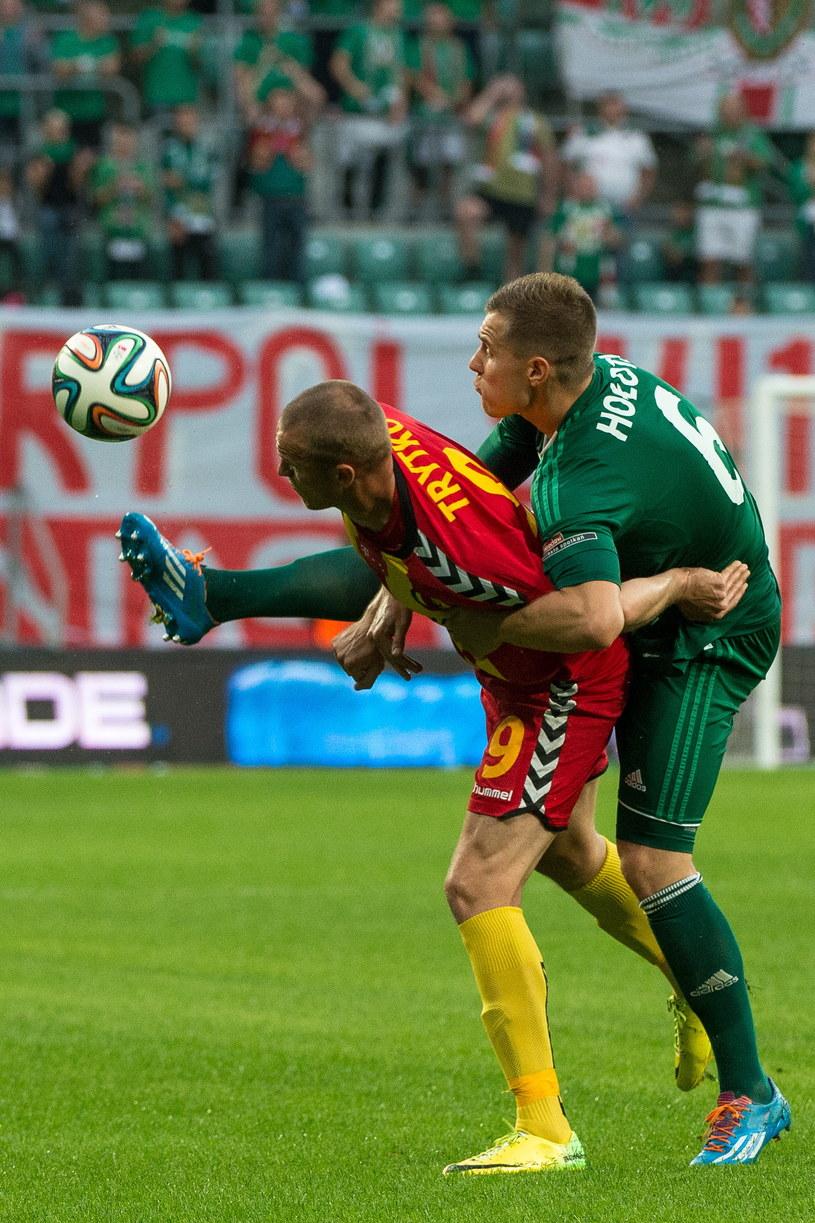 Przemysław Trytko (z lewej) walczy o piłkę z Tomaszem Hołotą /Maciej Kulczyński /PAP