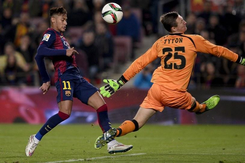 Przemysław Tytoń w meczu z Barceloną /AFP