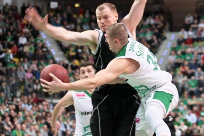 Przemysław Zamojski (z piłką) i Damian Kulig w meczu Stelmetu z Turowem /Lech Muszyński /PAP