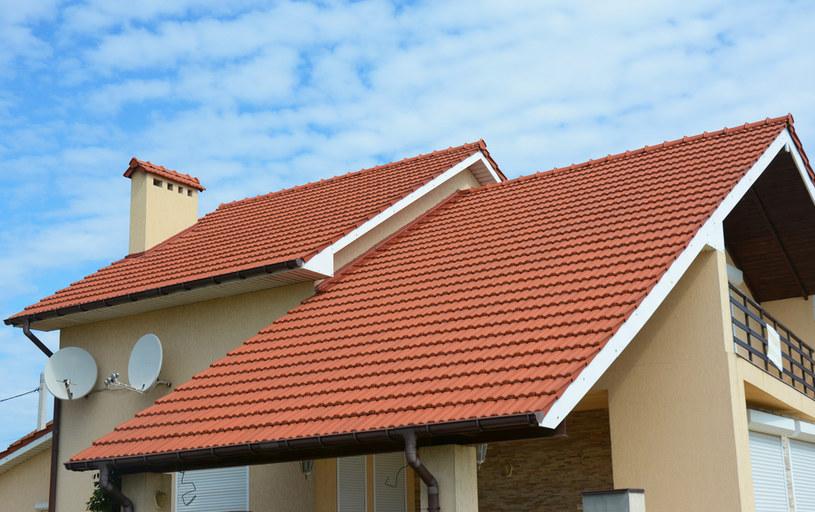 Przenosząc się poza miasto, poszukujący domów jednorodzinnych popełniają najczęściej cztery błędy /123RF/PICSEL