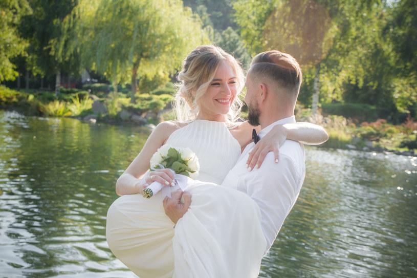 Przenoszenie panny młodej przez próg oraz inne weselne zwyczaje to nie wymysł współczesności! /123RF/PICSEL