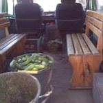 Przepełniony bus na drodze. Zamiast siedzeń - drewniane ławki