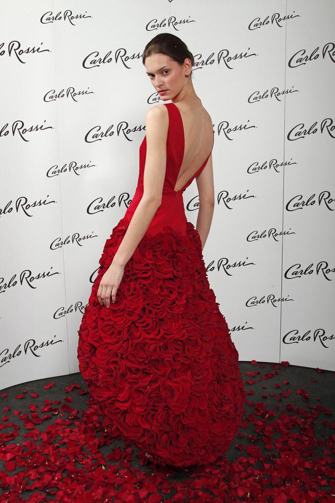 Przepiękna suknia utkana z płatków róż /AKPA