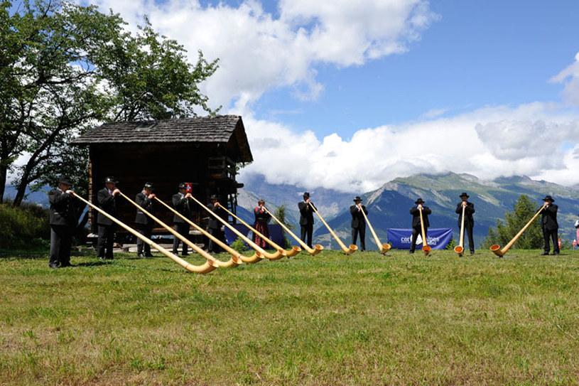 Przepiękny krajobraz, łąka na której zgromadzonych jest ponad sto osób z rogami alpejskimi w dłoni. I nagle rozbrzmiewa dzwonek i wszyscy razem zaczynają grać... /materiały prasowe