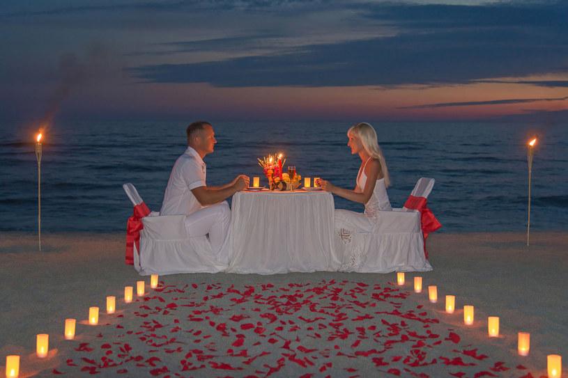 Przepis jest prosty: płatki róż+świece+brzeg morza+kolacja+patrz jej w oczy /123RF/PICSEL