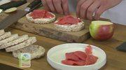 Przepis na kanapeczki z wafli ryżowych z kwaśną śmietaną, łososiem, jabłkiem i szalotką