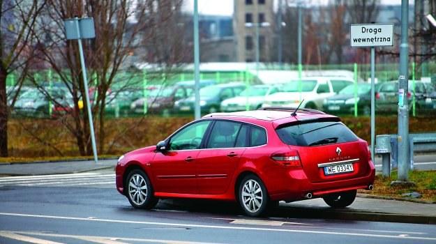 Przepisy zabraniają parkowania w odległości mniejszej niż 10 m od skrzyżowania. Kodeks ruchu nie przewiduje takiego ograniczenia w przypadku postoju na połączeniu dróg. Według definicji jest nim np. przecięcie drogi publicznej z drogą wewnętrzną. /Motor