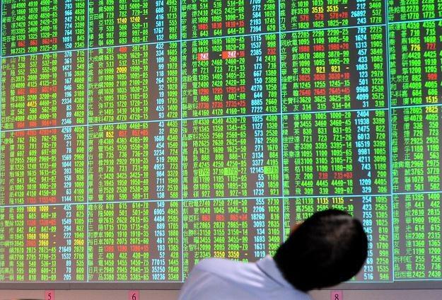 Przepływy kapitałowe mogą sprzyjać powstawaniu baniek spekulacyjnych /AFP