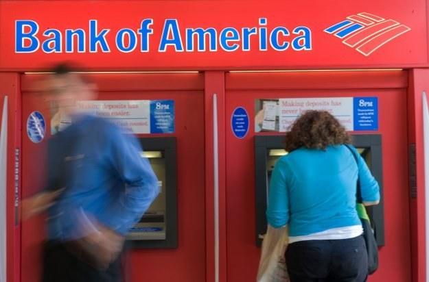 Przeprogramowanie bankomatów pozwoliło 19-latkowi zmienić przyporządkowanie kaset z banknotami /AFP