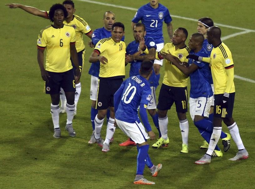 Przepychanka między piłkarzami Brazylii i Kolumbii /AFP