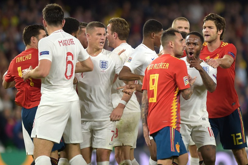 Przepychanka podczas meczu Hiszpania - Anglia. Drugi z prawej Raheem Sterling /AFP