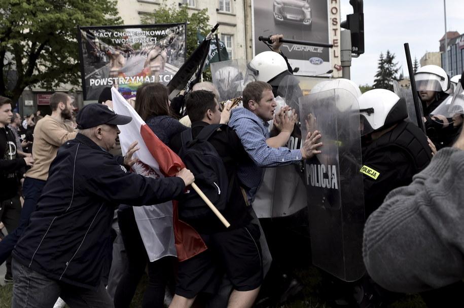 Przepychanki na trasie Marszu Równości /Adam Warżawa /PAP