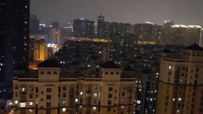 Przerażające krzyki jak z horroru w pogrążonym w mroku Wuhan (film) /Geekweek