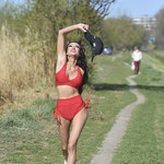 Przerażająco chuda Małgorzata Godlewska ćwiczy na świeżym powietrzu