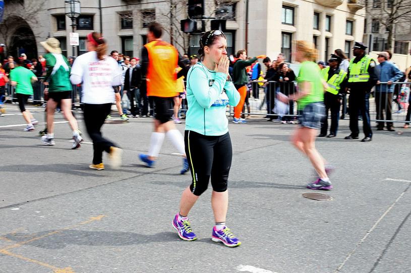 Przerażona maratonka spogląda w kierunku wybuchów podczas 117. Boston Marathon. /AFP