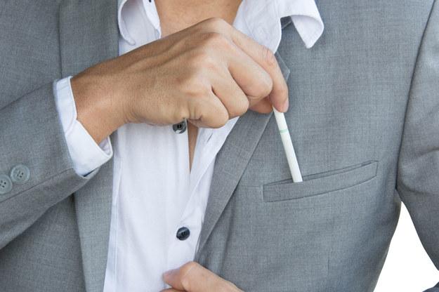 Przerwy na papierosa w czasie pracy to realny koszt dla pracodawców /123RF/PICSEL