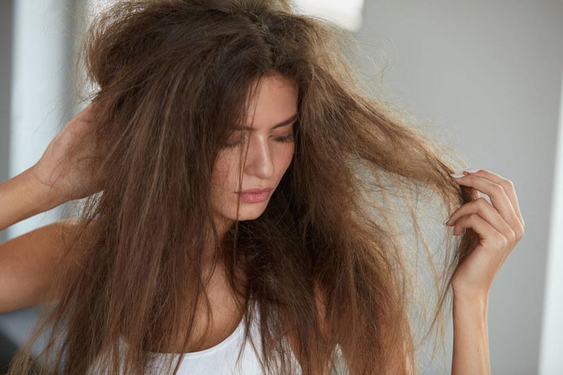 Przesadne stylizowanie włosów może je bardzo zniszczyć /123RF/PICSEL