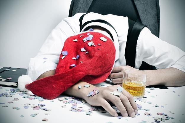 Przesadziłeś z alkoholem na firmowej wigilii? /©123RF/PICSEL