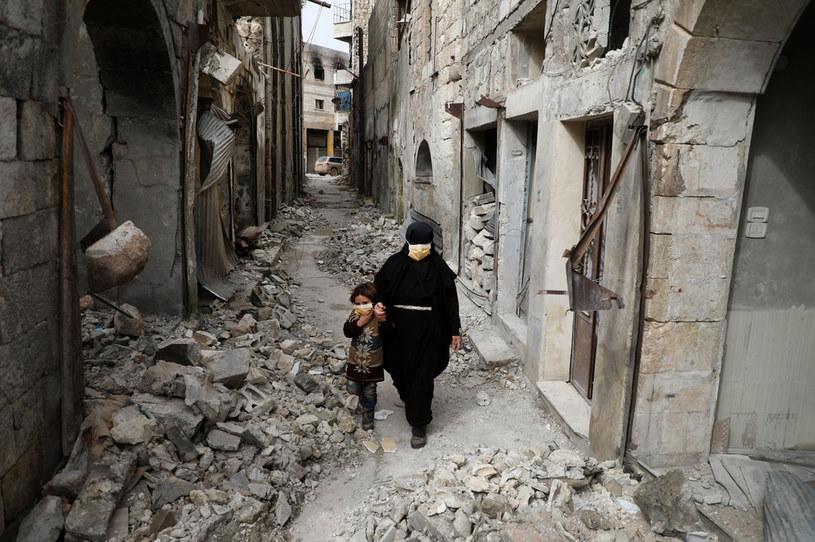 Przesiedlona Syryjka i jej córka w miasteczku Ariha w prowincji Idlib /AAREF WATAD  /AFP