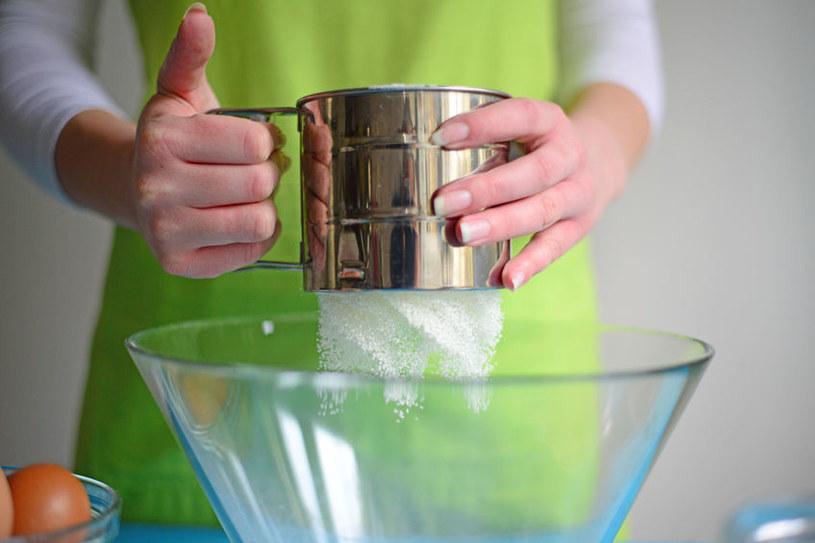 Przesiewanie mąki /©123RF/PICSEL