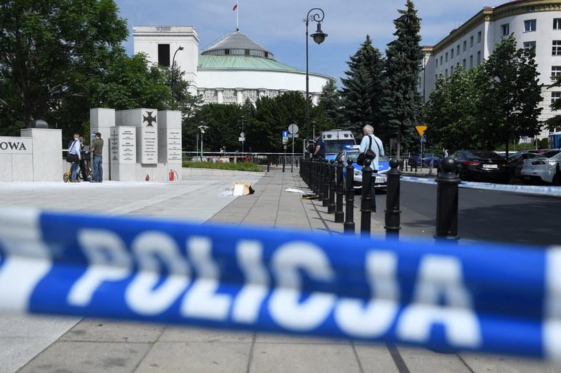 Przesłuchano mężczyznę, który podpalił się przed Sejmem / Radek Pietruszka   /PAP