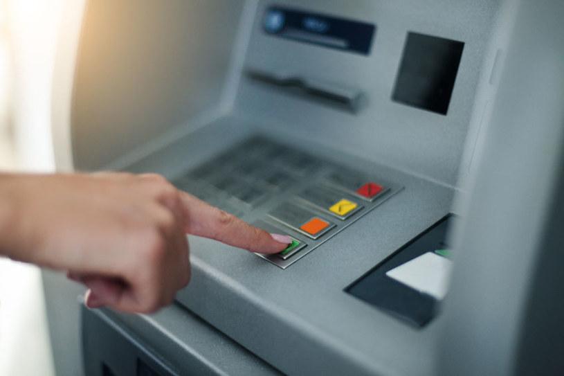 Przestępcy mogą wypłacać pieniądze w dowolnym czasie - w tym celu muszą tylko wcisnąć przycisk /123RF/PICSEL