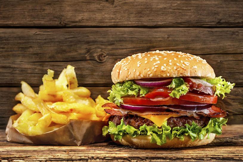 Przetworzona żywność zawiera zbyt wiele tłuszczów trans. Nasze ciało nie potrafi ich zneutralizować, pozostają więc w organizmie i przyczyniają się do wytwarzania szkodliwych wolnych rodników. /123RF/PICSEL