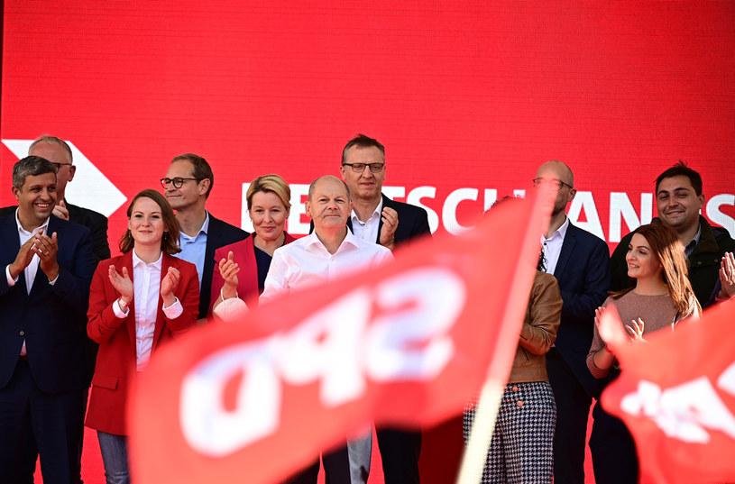 Przewaga socjaldemokratów i ich kandydata na kanclerza Olafa Scholza zdecydowanie rośnie /AFP