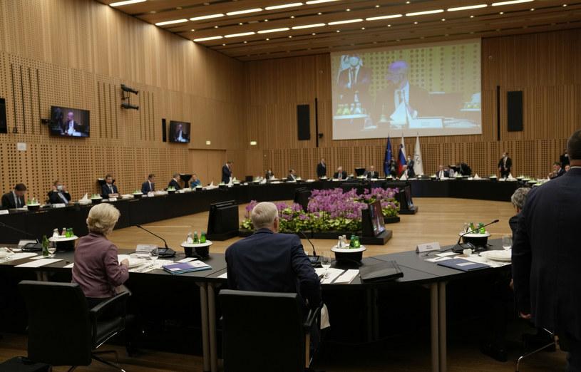 Przewodnicząca Komisji Europejskiej Ursula von der Leyen (z przodu po lewej) i przewodniczący Rady Europejskiej Charles Michel na ekranie otwierają uroczystą kolację podczas szczytu UE w zamku Brdo, Słowenia /AP/Associated Press /East News