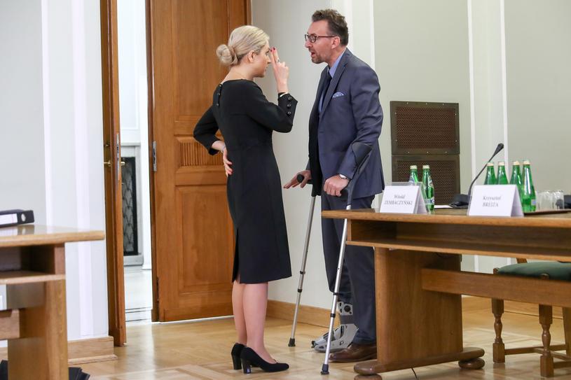 Przewodnicząca komisji rozmawia z pełnomocnikiem świadka Markiem Chmajem /Andrzej Iwańczuk /Reporter