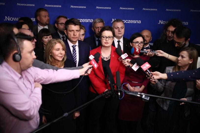 Przewodnicząca Nowoczesnej Katarzyna Lubnauer (C) podczas konferencji prasowej po posiedzeniu Rady Krajowej Nowoczesnej /Leszek Szymański /PAP