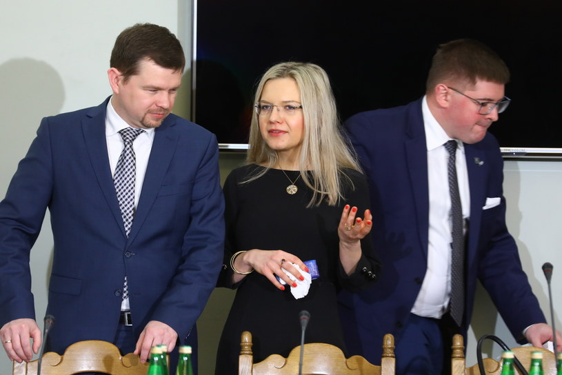 Przewodnicząca sejmowej komisji śledczej ds. Amber Gold Małgorzata Wassermann (C) oraz członkowie komisji Wojciech Zubowski (L) i Tomasz Rzymkowski (P) /Rafał Guz   /PAP