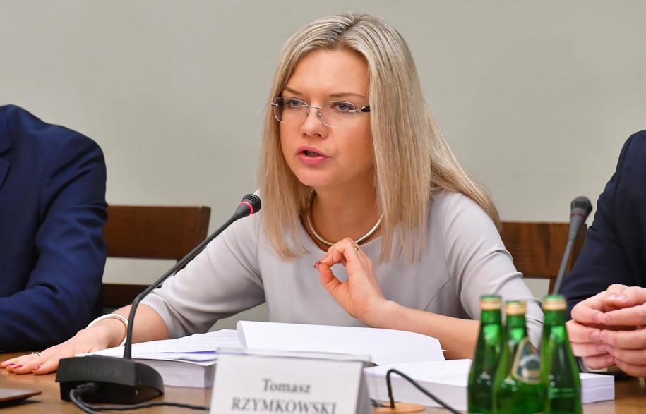 Przewodnicząca sejmowej komisji śledczej ds. Amber Gold Małgorzata Wassermann (PiS) prezentuje projekt raportu końcowego z prac komisji /Piotr Nowak /PAP