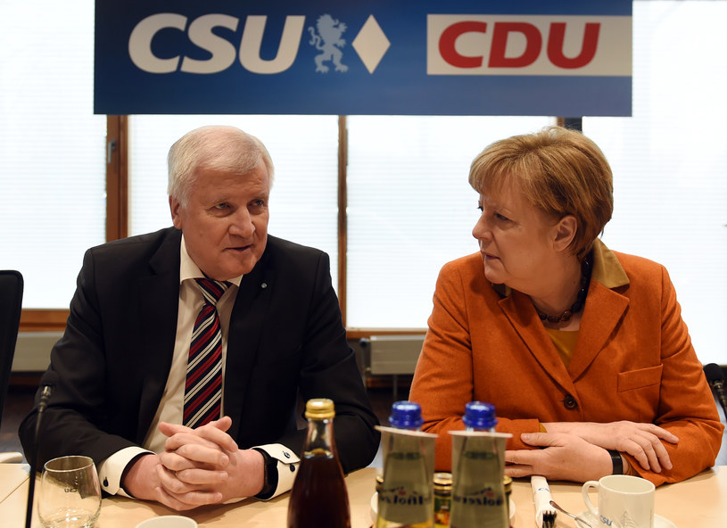 Przewodniczący bawarskiej CSU Horst Seehofer z szefową CDU Angelą Merkel /AFP