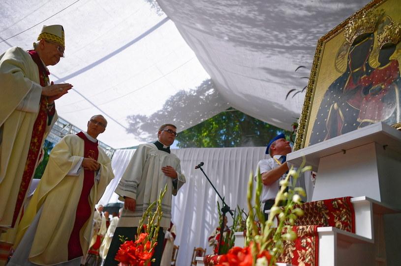 Przewodniczący Episkopatu Polski abp Stanisław Gądecki podczas uroczystej mszy św. na terenie kaplicy przy cmentarzu bohaterów 1920 r. w Ossowie / Marcin Obara  /PAP