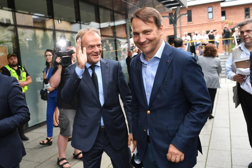 Przewodniczący Europejskiej Partii Ludowej Donald Tusk (L) oraz poseł Parlamentu Europejskiego Radosław Sikorski (P) w drodze na odsłonięcie pomnika Władysława Bartoszewskiego w Sopocie 5 lipca / Adam Warżawa    /PAP