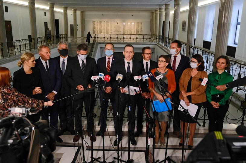 Przewodniczący klubu parlamentarnego KO Cezary Tomczyk oraz posłowie KO podczas konferencji prasowej /Mateusz Marek /PAP